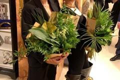 Вера Брежнева и Мария Фёдорова с шикарными букетами из листьев рускуса, аспидистры, амбреллы, аспарагуса, монстреры и пальмы.