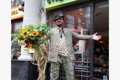 Вадим Жоля с пестрым букетом из гелиантуса, асклепиаса, розы кустовой, трахелиума, эвкалипта и паникума.