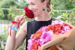 Дарья Мороз с охапкой душистых французких роз Ив Пьяже и Кофе Брейк.