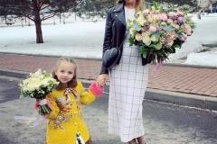 Татьяна Навка с нежным букетом из розы одноголовой, розы кустовой, сирени, амбреллы и эвкалипта. И ее дочка с воздушным букетом из розы одноголовой, ранункулуса, орхидеи и питоспорума.