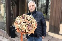 Валерий Меладзе с восхитительным букетом из розы одноголовой, розы кустовой, гвоздики, матиоллы и вероники.